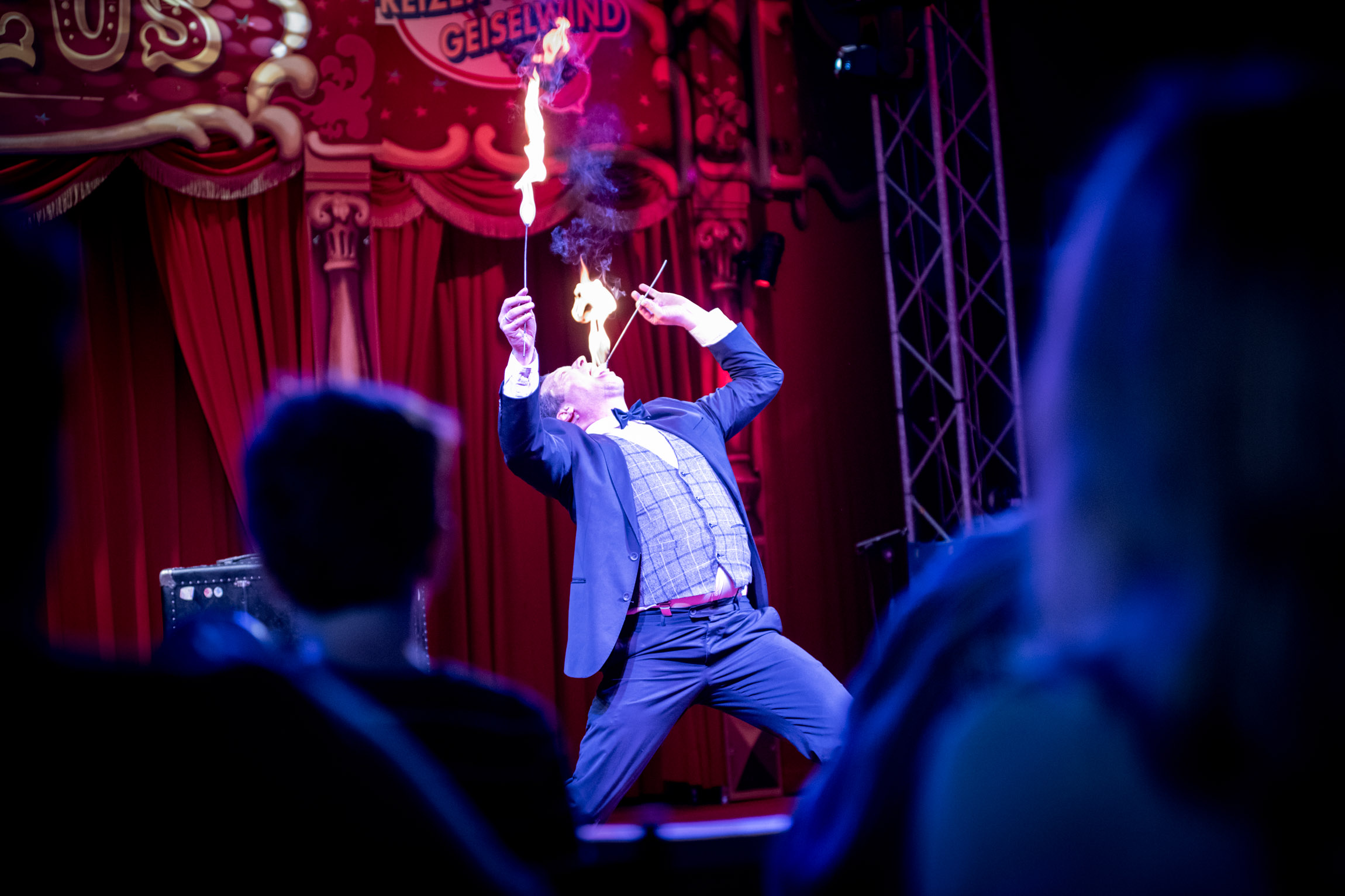 Sir Julian der Showact für Ihr Event und jeden feierlichen Anlass. Firmenfeier, Jubiläum, Gala, internationales Strassenkünstlerfestivals und Hochzeiten. Feuerjonglage, Feuerschlucken, mit Comedy Artistik . Waghalsige Akrobatik auf einem Rola Bola und das Publikum wird mitgerissen in spontaner Situationskomik. Ballonzauber rasante Jonglagen und Fingerspiele begeistern das Publikum. Die Comedyshow bringt wahre Helden auf die Bühne und entlässt sie wieder umjubelt in die Galagäste. Hier präsentiert Sir Julian seine Show im Freizeitland Geiselwild im ausverkauften Zirkuszelt. Die Zirkusshow begeistert gross und klein. Varieté und Comedy in einer Show.