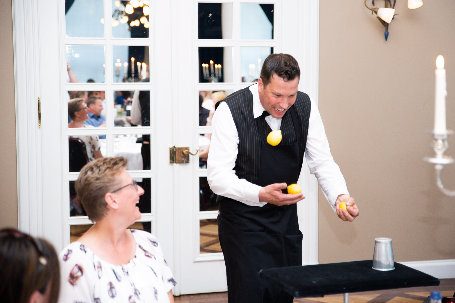 Im Sportschloss Velen bei einer Firmen Feier zeigt Sir Julian Magic und Comedy erfrischend anders mit der Close-Up Zauberei. Table Hopping verblüfft die Galagäste mit grandiosen Tricks und unglaublichen Geschichten. Der Zauberer bringt Ihre Gäste mit seiner natürlichen Lebensfreude an die Grenzen Ihres Verstandes. Eine Erfrischung für Gala, Hochzeit, Jubiläum oder auch gerne als Highlight bei einer Party. Zauberkunst mit Sir Julian. Zaubern hautnah #zauberer #zauberei #closeup #magic #willkommenimspass