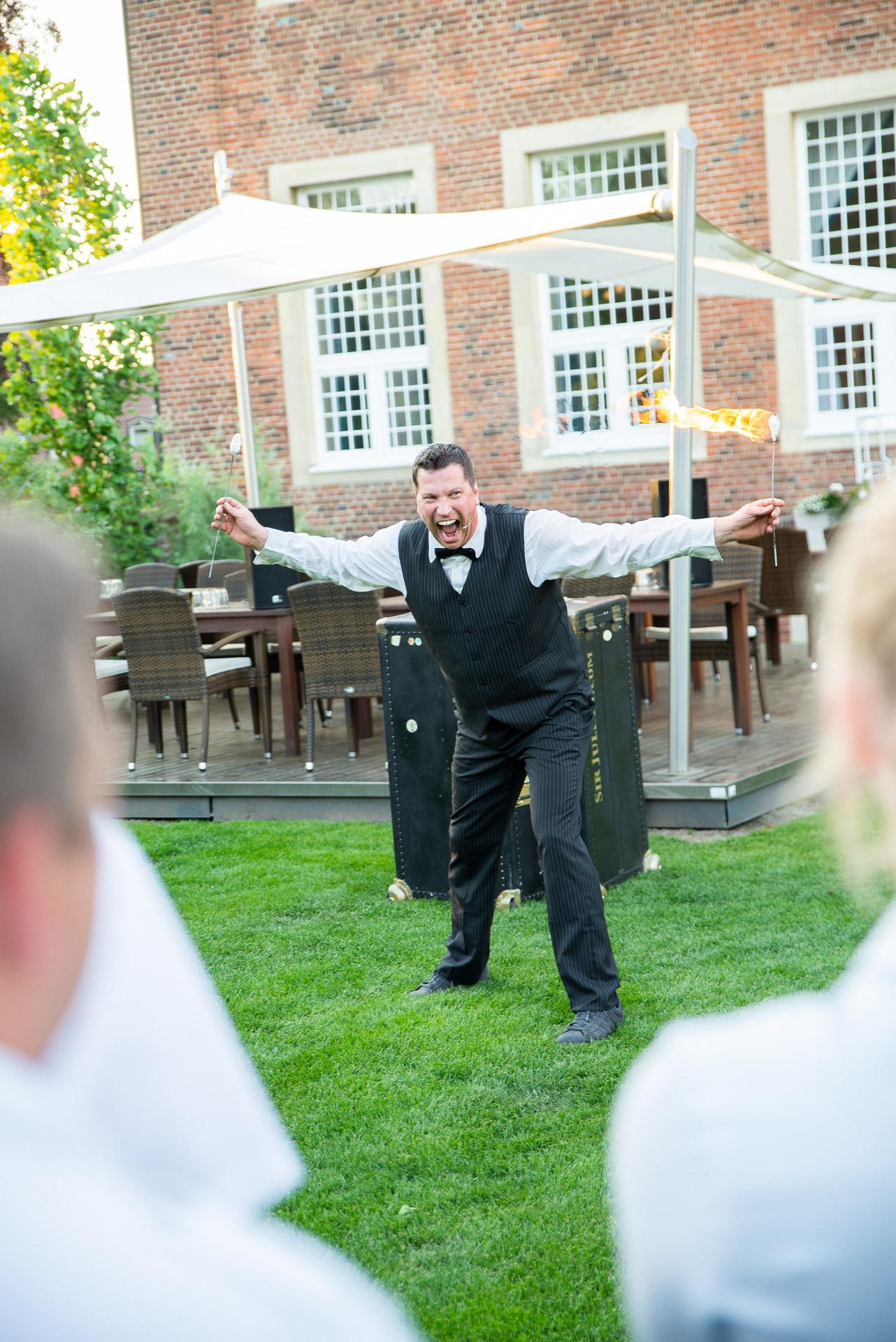 Sir Julian der Showact für Ihr Event und jeden feierlichen Anlass. Firmenfeier, Jubiläum, Gala, internationales Strassenkünstlerfestivals und Hochzeiten. Feuerjonglage, Feuerschlucken, mit Comedy Artistik . Waghalsige Akrobatik auf einem Rola Bola und das Publikum wird mitgerissen in spontaner Situationskomik. Ballonzauber rasante Jonglagen und Fingerspiele begeistern das Publikum. Die Comedyshow bringt wahre Helden auf die Bühne und entlässt sie wieder umjubelt in die Galagäste. Hier ist der Entertainer und Unterhaltungskünstler bei einer Gala im Sportschloss Velen.