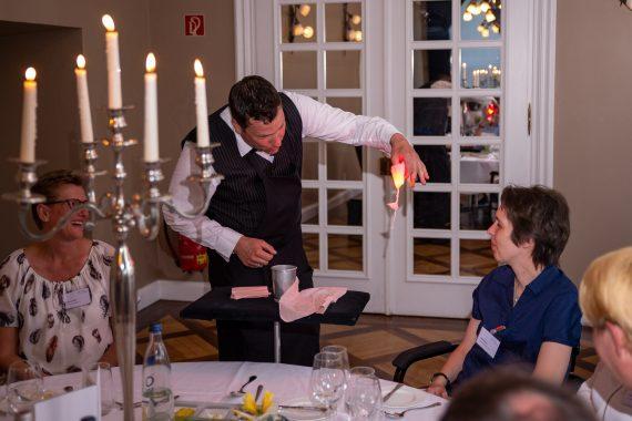 Im Sportschloss Velen bei einer Firmen Feier zeigt Sir Julian Magic und Comedy erfrischend anders mit der Close-Up Zauberei. Table Hopping verblüfft die Galagäste mit grandiosen Tricks und unglaublichen Geschichten. Der Zauberer bringt Ihre Gäste mit seiner natürlichen Lebensfreude an die Grenzen Ihres Verstandes. Eine Erfrischung für Gala, Hochzeit, Jubiläum oder auch gerne als Highlight bei einer Party. Zauberkunst mit Sir Julian. #zauberer #zauberei #closeup #magic #willkommenimspass