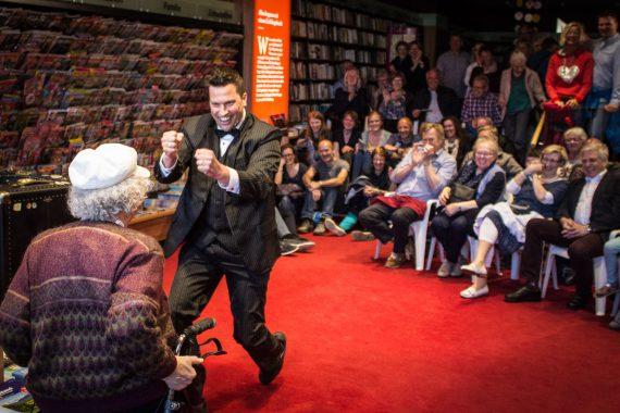 Sir Julian der Showact für Ihr Event und jeden feierlichen Anlass. Firmenfeier, Jubiläum, Gala, internationales Strassenkünstlerfestivals und Hochzeiten. Feuerjonglage, Feuerschlucken, mit Comedy Artistik . Waghalsige Akrobatik auf einem Rola Bola und das Publikum wird mitgerissen in spontaner Situationskomik. Ballonzauber rasante Jonglagen und Fingerspiele begeistern das Publikum. Die Comedyshow bringt wahre Helden auf die Bühne und entlässt sie wieder umjubelt in die Galagäste. Itzehoeher Kulturnacht in Itzehoe
