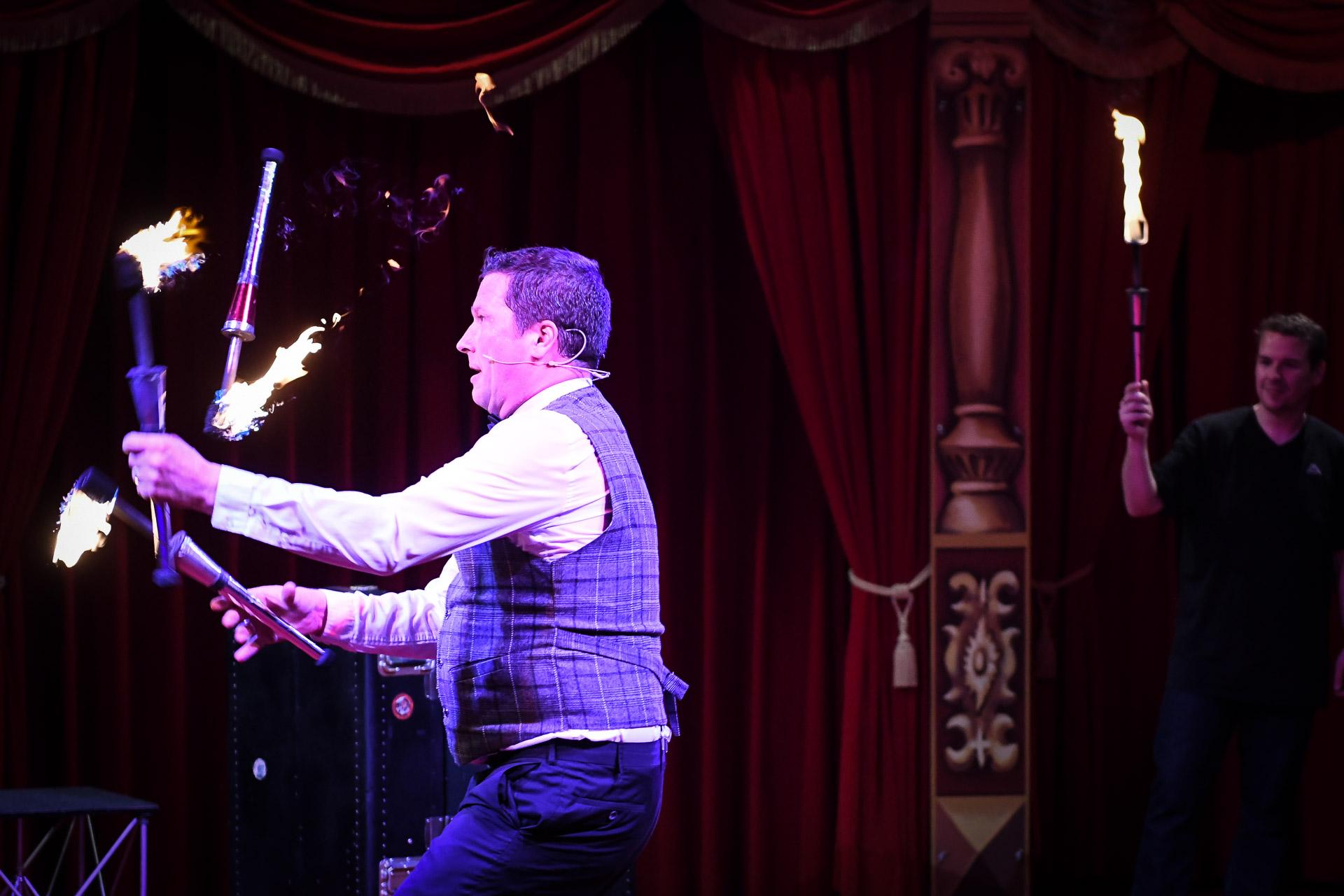 Sir Julian der Showact für Ihr Event und jeden feierlichen Anlass. Firmenfeier, Jubiläum, Gala, internationales Strassenkünstlerfestivals und Hochzeiten. Feuerjonglage, Feuerschlucken, mit Comedy Artistik . Waghalsige Akrobatik auf einem Rola Bola und das Publikum wird mitgerissen in spontaner Situationskomik. Ballonzauber rasante Jonglagen und Fingerspiele begeistern das Publikum. Die Comedyshow bringt wahre Helden auf die Bühne und entlässt sie wieder umjubelt in die Galagäste. Hier ist der Entertainer und Unterhaltungskünstler bei einer Show im Freizeitland Geiselwind