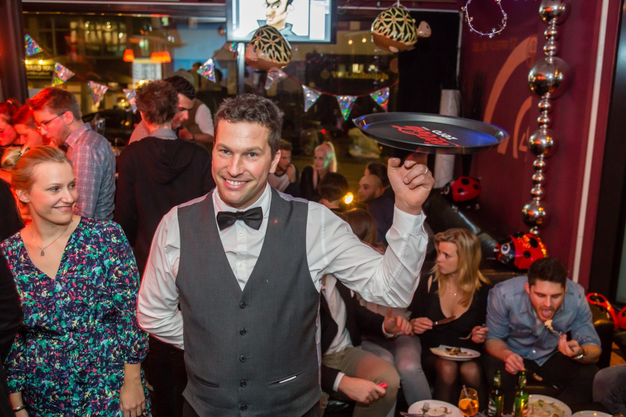 Sir Julian ist Show-Kellner. Er spielt Theater, Zaubert, Jongliert bringt Ihren Gast durch magische Tricks zum lachen und bietet als Kellner phantastische Unterhaltung zu jedem festlichen Anlass. Der Walk Act schafft eine wundervolle festliche Atmosphäre bei jeder Gartenparty auf Firmenevents, Hochzeiten, Geburtstagen und Jubiläumsfesten. Kurzweilige Unterhaltung zur Begleitung Ihrer Feier.